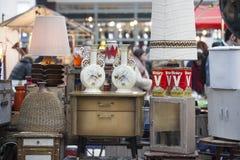 La gente hace compras en el viejo mercado de Spitalfields en Londres Un mercado existió aquí por lo menos 350 años Imagen de archivo libre de regalías