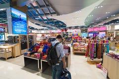 La gente hace compras en los boutiques con franquicia de la mercería, aeropuerto de Bangkok Imagen de archivo libre de regalías
