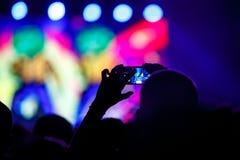 La gente hace la foto con su smartphone en conciertos Imagenes de archivo