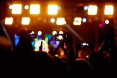 La gente hace la foto con su smartphone en conciertos Fotografía de archivo
