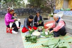 La gente hace la torta de arroz pegajosa cuadrada Fotos de archivo