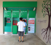 La gente hace la transacción del dinero en la atmósfera Fotografía de archivo libre de regalías