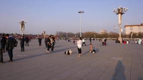 La gente hace las fotos en la Plaza de Tiananmen metrajes