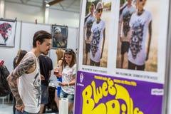 La gente hace tatuajes en el 10mo convenio internacional del tatuaje en el centro de la Congreso-EXPO Imagen de archivo libre de regalías