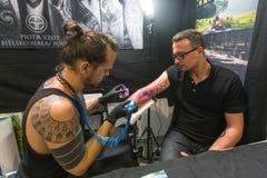 La gente hace tatuajes en el 10mo convenio internacional del tatuaje en el centro de la Congreso-EXPO Fotografía de archivo libre de regalías