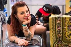 La gente hace tatuajes en el 10mo convenio internacional del tatuaje en el centro de la Congreso-EXPO Imagenes de archivo