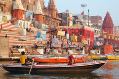 La gente hindú está haciendo el baño ritual en los ghats en el río Ganges santo, Varanasi Imagenes de archivo