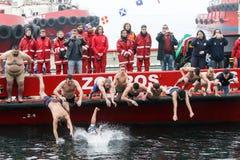La gente immerge per recuperare un incrocio di legno gettato nel mare, du Fotografia Stock