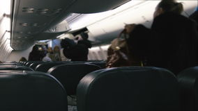 La gente incorpora el avión almacen de metraje de vídeo