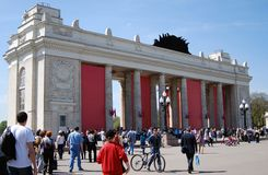 La gente incorpora la entrada principal del parque de Gorki Foto de archivo libre de regalías