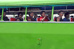 La gente indígena del Fijian viaja en autobús en Fiji Imagenes de archivo
