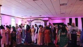 La gente india se saluda que se coloca en el pasillo del restaurante metrajes