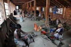La gente indiana lavora nella fabbrica delle mattonelle Immagine Stock