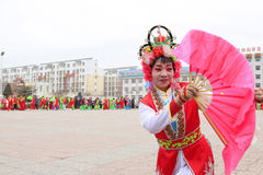 La gente indossa i vestiti variopinti, le prestazioni di ballo di yangko nella s Immagini Stock
