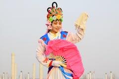 La gente indossa i vestiti variopinti, le prestazioni di ballo di yangko nella s Immagine Stock Libera da Diritti