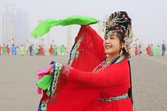 La gente indossa i vestiti variopinti, le prestazioni di ballo di yangko nella s Fotografia Stock