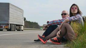 La gente insoddisfatta può fermo del ` t l'automobile che fa auto-stop archivi video