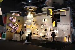 La gente intorno ad una cabina di illuminazione durante la settimana milanese di progettazione Immagini Stock