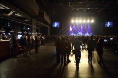 La gente intorno alla barra al concerto del gruppo di DAUGHTRY Fotografie Stock Libere da Diritti