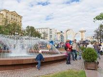 La gente intorno alla fontana sul quadrato di Pushkin, Mosca Immagine Stock Libera da Diritti