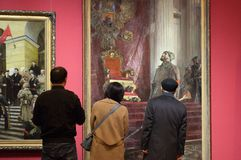 La gente istruita senior davanti ad una pittura nominata il ` il giorno è perso ` Fotografia Stock