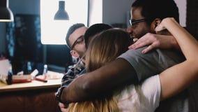 La gente joven étnica multi baila, se abraza Celebración de la fiesta de cumpleaños Cámara lenta Momento emocional togetherness almacen de video