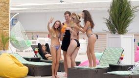 La gente joven alegre en bañadores hace la foto en el teléfono almacen de video