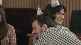 La gente joven alegre regada con confeti en un club va de fiesta Imagen de archivo libre de regalías