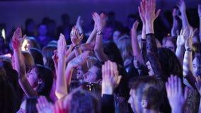 La gente joven aplaude almacen de metraje de vídeo