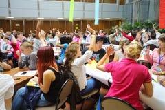 La gente joven aumenta sus manos a la respuesta Imagen de archivo libre de regalías