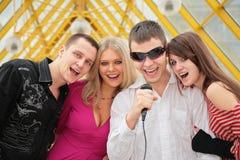 La gente joven canta en micrófono Fotos de archivo libres de regalías
