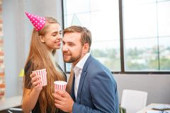 La gente joven celebra algo en un partido corporativo en la oficina Fotos de archivo