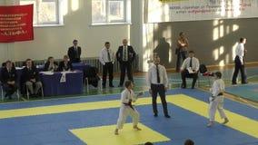 La gente joven compite en karate almacen de metraje de vídeo