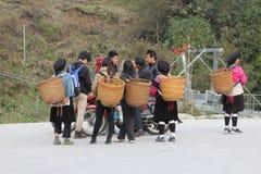 La gente joven de los hilltribes de Yao del rojo es diversión del asilo junta Foto de archivo