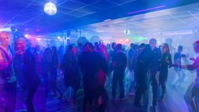 La gente joven está bailando en un club nocturno, timelapse metrajes