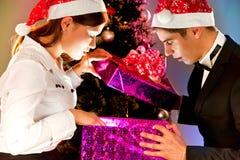 La gente joven está con los regalos por el Año Nuevo Foto de archivo libre de regalías