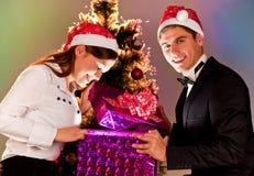 La gente joven está con los regalos por el Año Nuevo Imágenes de archivo libres de regalías