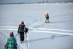 La gente joven está en la nieve Uno en los esquís Fotografía de archivo