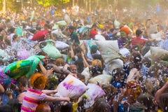 La gente joven está luchando las almohadas Imagen de archivo