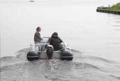 La gente joven está navegando en los lagos, Loosdrecht, Holanda Foto de archivo libre de regalías