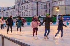 La gente joven está patinando en el anillo patinador Imágenes de archivo libres de regalías