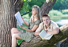 La gente joven leyó los libros Imagen de archivo