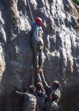 La gente joven pasa la carrera de obstáculos fotos de archivo libres de regalías