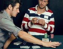 La gente joven que juega el torneo off-line del póker, amigos va de fiesta concepto Imagenes de archivo