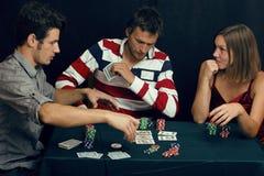 La gente joven que juega el torneo off-line del póker, amigos va de fiesta concepto Fotografía de archivo libre de regalías