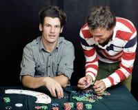 La gente joven que juega el torneo off-line del póker, amigos va de fiesta concepto Foto de archivo