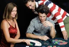 La gente joven que juega el torneo off-line del póker, amigos va de fiesta concepto Fotos de archivo