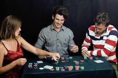 La gente joven que juega el torneo off-line del póker, amigos va de fiesta concepto Imagen de archivo