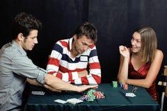 La gente joven que juega el torneo off-line del póker, amigos va de fiesta concepto Fotografía de archivo