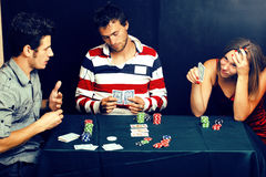 La gente joven que juega el torneo off-line del póker, amigos va de fiesta el co Foto de archivo